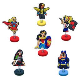 Argentina Envío gratis Standing Doll Party DC Super Hero Girls Héroe del Año Favor Decoración Juguete para TableCar Y Venta Al Por Menor Para Niños Mejores Regalos cheap girl standing Suministro