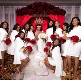 Мини платья для подружек невесты на свадьбу онлайн-2020 Белой Короткие Мини Mermaid африканских невесты платье с Wrap Cape атласного Летнего пляжем богемной страной для свадьбы горничной честь платье