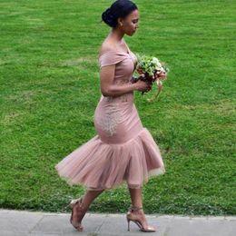 Empoeirado Rosa Sereia Africano Vestidos de Dama de Honra Sexy 2018 Fora Do Ombro Chá Comprimento Dama De Honra Vestidos Baratos Vestidos De Cocktail Curto de Fornecedores de azul marinho bling vestidos de dama de honra