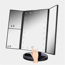 2019 ups de escritorio La pantalla táctil plegable 3 llevó el espejo de vanidad ligero del espejo de la vanidad con el espejo que magnifica de escritorio de la tabla de la luz 1X / 2X / 3X llevado para compone ups de escritorio baratos
