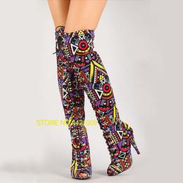 Peep toe schnürstiefel online-Sexy Runway Multicolor Gemischte Farbe Tribal Lace-Up Peep Toe Oberschenkel Hohe Stiefel High Heel Gladiator Stiefel Frauen Lange Stiefel Sandalen
