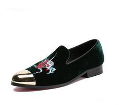 Zapatos holgados hombre verde online-Zapatillas de terciopelo verde Hombres Mocasines Zapatos de velours que se pueden fumar Zapatos de fiesta y vestido de novia Zapatos de hombre Punteras de metal