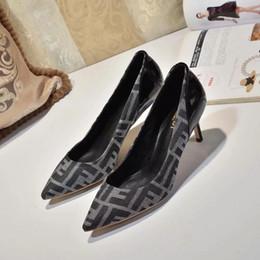 Argentina Ventas calientes remaches mujeres inferiores inferiores tacones altos, marca de lujo del dedo del pie puntiagudo claveteado zapatos con tachas, las mujeres zapatos de vestir de boda 35-42 cheap branded dress shoes Suministro