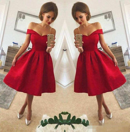 del vestido longitud de la rodilla satén Rebajas 2018 Simple Red Off The Shoulder Satin A Line Short Party Dresses Ruched Knee Length Short Homecoming Cocktail Prom Gowns