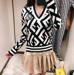 Suéter de punto de los hombres blancos online-2018 principios del otoño nuevos hombres y mujeres enrejado de diamantes en blanco y negro de un solo pecho con cuello en V de punto suéter chaqueta de punto