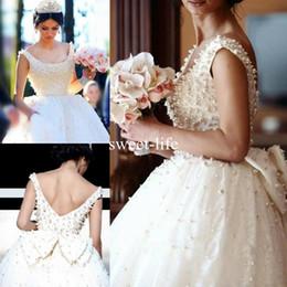 Abiti da sposa perla che borda l'arco indietro online-2020 affascinanti perle che bordano abiti da sposa di lusso in pizzo scollo rotondo aperto indietro con fiocco abito da ballo abiti da sposa vestido noiva su misura
