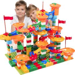 296 pcs Mármore Corrida Corrida Maze Bola Pista de Blocos de Construção de Plástico Funil Slide Big Size Tijolos Compatíveis LegoIN Duplo kidBlocks de
