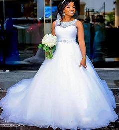 Billige silberne strangperlen online-Günstige Plus Size Brautkleider Mit Sheer Jewel Neck Silber Perlen Sash Puffy Eine Linie Afrikanische Brautkleid Vestido De Noiva Brautkleider