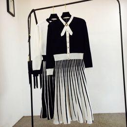 2019 pérolas de camisola feminina Nova primavera outono moda feminina elegante preto branco cor bloco arco gola pérola botões de malha camisola e plissada saia longa vestido terno pérolas de camisola feminina barato
