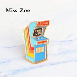 Miss Zoe Rétro Arcade emaille pin GAME OVER! Broches de badge de jeu vidéo Cartoon icoon cadeau Denim Jeans jas shirt Knop Pin voor vrienden ? partir de fabricateur