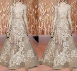 Elie saab vestidos de noiva on-line-Elie Saab 2018 Vestidos de Baile Champagne Sheer Bateau Mangas Compridas Formal Vestido Desgaste da Noite Illusion Floo-Comprimento Partido Vestidos Com Sash