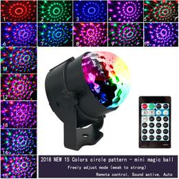 Yeni Taşınabilir Sihirli LED Sahne Işıkları 15 Renk RGB Lamplight Dönen DJ Disko Işıkları Canlı Ses Sahne Ses Aktif Strobe Işık cheap light sounds nereden hafif sesler tedarikçiler