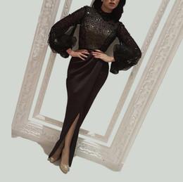 Perlas de abalorios negros atractivos Vestidos de baile árabes Largos de 2019 Ilusión Mangas llenas de cristales Vestidos de fiesta formales 2018 Partidos de noche divididos de pierna alta desde fabricantes