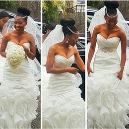 2019 cinturones modernos 2018 Vestidos de novia de sirena limpios y modernos de la sirena sudafricana Vestidos nupciales Tallas grandes abiti da sposa con Volantes con volantes de tren sin espalda cinturones modernos baratos
