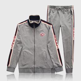 Nueva moda de lujo para hombre Chándal Hombres Diseñador Traje Chaquetas +  Pantalones Abrigo con cremallera Negro Blanco Gris High Street Kits de  rayas ... ba80a5cf0c4c