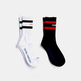 Wholesale VETEMENTS Чулки Tide Brand Подросток Студент Хип Хоп Стиль Длинные носки Письмо Вышитые носки Спортсмены Гетры Полосатые носки