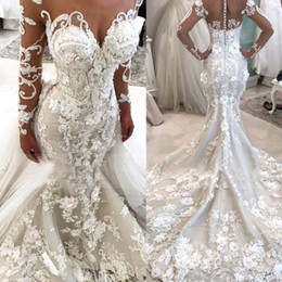 Disegni moderni della maglietta online-Designer Lussuoso Floral 3D Appliques Mermaid Abiti da sposa Illusion maniche lunghe Backless con bottoni Sweep Train Robe de soriee
