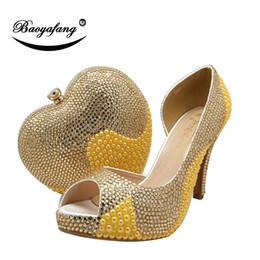 Día de la boda talones online-Venta al por mayor Nuevas mujeres zapatos y bolsos de novia zapatos de plataforma de Tacones Altos Señoras Paty zapatos corazón monedero Día cluthes Oro