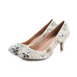 Tiendas de zapatos de boda online-6-8 CM perla floral zapatos de vestir de tacón bajo Zapatos de boda de lujo para la fiesta de moda cristal de alta calidad 2018 verano venta caliente gota de compras 6-8cm