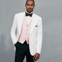 a82c9cdf8bc6b Costumes de mariage blanc sur mesure pour les hommes Blazer large châle  revers Groom Tuxedo Prom Wear 3 pièce veste noir pantalon rose gilet soirée