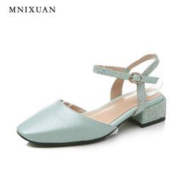 Sandálias de couro genuíno para as mulheres de alta qualidade artesanal verão saltos médios com strass sapatos fechados do vintage grande tamanho 10 43 de Fornecedores de sandálias de tamanho médio