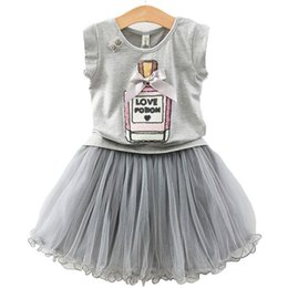 Vestiti bianchi per i bambini online-Nuovi insiemi della gonna delle ragazze di modo di INS di modo, 2 maglietta bianca del fumetto dei pc + vestiti di pizzo pettiskirt neri, vestiti di bambino di 2 colori 2-7 anni