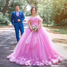 Elegante vestido de baile de vestido de bola de flores on-line-Pink Off The Shoulder Ball Gown Quinceanera Dresses Flowers Tulle Floor Length Plus Size Prom Dresses Elegant Sweet 16 Dresses Lace Up