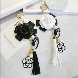 Keyring Black White Leather Camellia Flower Keychain Women Fashion Flower Key Chains llaveros flore Bag Charms от