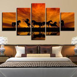 gerahmte gemälde für zu hause Rabatt Leinwand Wandkunst Bilder Wohnzimmer HD Drucke See Poster 5 Stück Joyous Pferde Sonnenuntergang Silhouette Gemälde Home Decor gerahmt