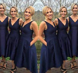 2019 темно-синий высокой низкой платья Мода темно-синий платья невесты атласная высокая низкая на заказ V-образным вырезом простые платья фрейлины вечерние платья вечерние платья выпускного вечера скидка темно-синий высокой низкой платья
