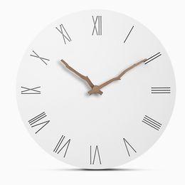 Relógios de parede silenciosos on-line-Criativo MDF De Madeira Relógios De Parede Moderna Sala de estar Em Casa Decoração Da Parede de Madeira Redonda Silenciosa Pendurado Relógio Romano Grandes Números de 12 Polegada