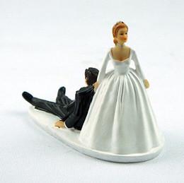 Figurine di matrimonio online-1 pz Divertente Polyresin Figurine Favorire Umorismo Matrimonio Toppers Torta Sposa Sposo Accessorio per la torta Accessori per feste