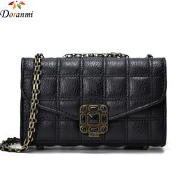 a011387b2ae DORANMI Clássico Plaid Flap Mulheres Bag Cadeia Ombro Cinto Sacos Quadrados  de Luxo Da Marca Projetada Diamantes Decorados Bolsa DJB212