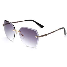 Moda Mulheres Sem Aro Óculos De Sol com Acessórios de Decoração de Diamante em  Lentes de Cor Gradiente para a Mulher Sunwear Quadro cheap gradient tint ... 332db47c0b