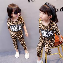vestito top della stampa del leopardo Sconti Vestiti delle ragazze del leopardo delle neonate insiemi delle maniche dei pantaloni del O-collo della manica lunga lettere stampate bambini stretti di autunno dei vestiti del bambino di due pezzi
