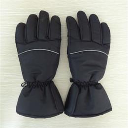 Перчатки с подогревом онлайн-Мотоцикл Велоспорт перчатки питание с подогревом Варежка зима теплая черный водонепроницаемый мужчины и женщины Спорт перчатки горячие продажа 49zc с