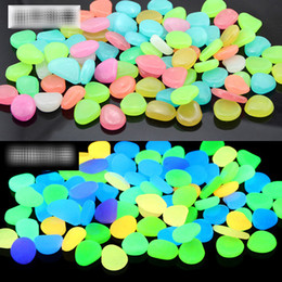 Accendere le pietre d'acquario scure online-100pcs / bag Glow In The Dark Pietre di ciottoli luminosi per acquario Matrimonio Serata romantica Eventi festivi Decorazioni da giardino Artigianato B