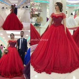 Vestidos curtos quinceanera vermelho on-line-2018 árabe vestido de baile vermelho quinceanera vestidos de manga curta trem de varredura 3d flores vestidos de festa de formatura para o doce 15 vestidos de 15 anos