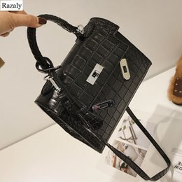 Pietre frizione online-Razaly borsa a tracolla in pelle di alta qualità di marca nessuna borsa di blocco fibbia argento pietra Cartelle di alligatore frizione di design piccole borse D18101104
