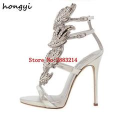 Zapatos bling de la boda del oro online-Sexy Bling Crystal perforado alas alas Sandalias de tacón alto Brillante cuero nupcial chapado en oro alas Gladiador boda Sandalias