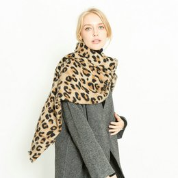 406a7bfc786 Luxe léopard imitation cachemire chaleur épaississement femmes hiver chaud  léopard imprimé longue laine châle doux foulard à col