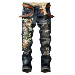 2020 pantalones bordados de mezclilla MORUANCLE Pantalones vaqueros del bordado rasgados de los hombres de la moda Pantalones del dril de algodón bordado tigre apenado con los agujeros 28-38 azul pantalones bordados de mezclilla baratos