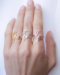 anéis de ouro topázio rosa Desconto Dainty Nome Anéis Para As Mulheres Personalizado Personalizado Aço Inoxidável Personalizado Cursive Placa De Identificação Anel Artesanal Presentes Anillo