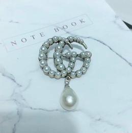 Frauen Marke Designer Brosche Kristall Perle Buchstaben Luxus Brosche Berühmte Marke Schmuck Zubehör Hohe Qualität Multistyle von Fabrikanten