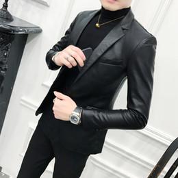 Sólido negro Slim Fit Blazer hombre PU chaqueta de cuero de los hombres un  botón de negocios informal de baile Blazers para hombres abrigo de traje  coreano ... d2fb1976112e