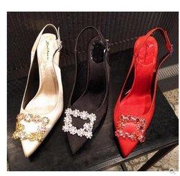 Zapatos atractivos de la boda femenina online-2018 primavera nuevos diamantes de imitación lado hebilla puntiagudos con sandalias rojas boca baja satin sexy tacones altos zapatos de boda femeninos