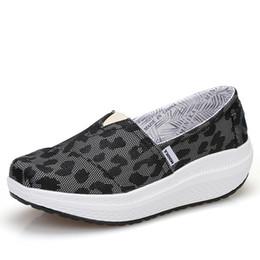 новые женские туфли Скидка Новое прибытие женщины девушки форма Ups дышащий легкий качели обувь скольжения на фитнес тонирование ходьба кроссовки клинья платформы