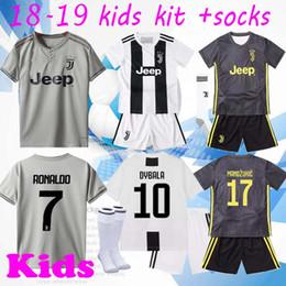 2019 camisas feitas sob encomenda dos miúdos RONALDO JUVENTUS crianças Jersey de Futebol 2019 RONALDO # 7 BUFFON 10 DYBALA MANDZUKIC Personalizado 18 19 Casa Fora Camisa de Futebol Dos Miúdos camisas feitas sob encomenda dos miúdos barato