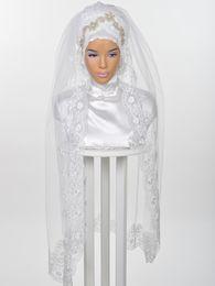Velos de novia musulmanes 2018 Rebordear Rhinestons Boda de encaje de tul Hijab para Arabia Saudita Novias Longitud de las yemas de los dedos hechas a medida Velos de novia desde fabricantes