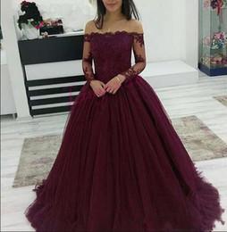 2018 Borgogna Prom Dresses Wear Boat Neck spalle spalle in pizzo Applique perline maniche lunghe Tulle Puffy Ball Gown Abito da sera da
